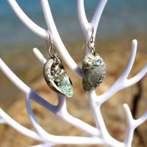 """Boucles d'oreille """"Petit crabe dans son coquillage"""" - boucles d'oreilles de sirène - bijoux faits main Galatée Merveilles - bijoux de sirène - bijoux coquillage - bijoux fantaisies"""